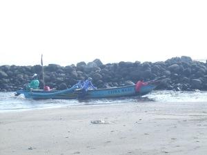 mendorong perahu ke pelabuhan